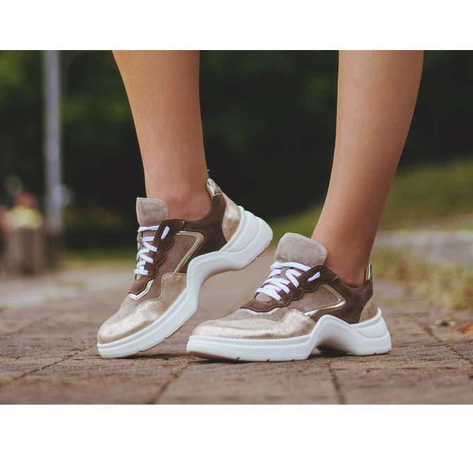 Uniwersalne obuwie w postaci sneakersów