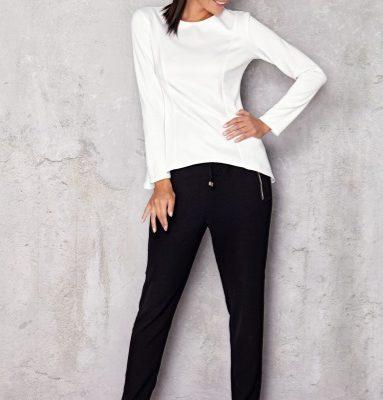 Sposób noszenia białej bluzki z długim rękawem