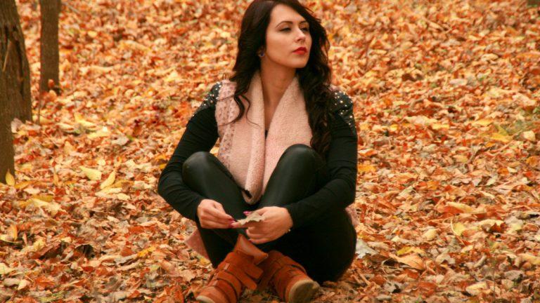 jesienna stylizacja z czarnymi spodniami
