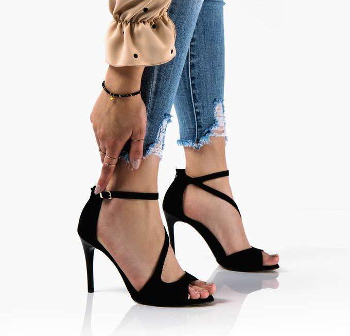 Idealne sandały na szpilce – jak je wybrać?